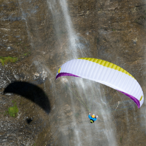 Flug vor dem Wasserfall